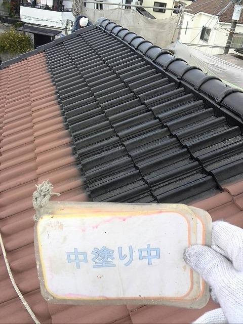 屋根遮熱塗装中塗り作業