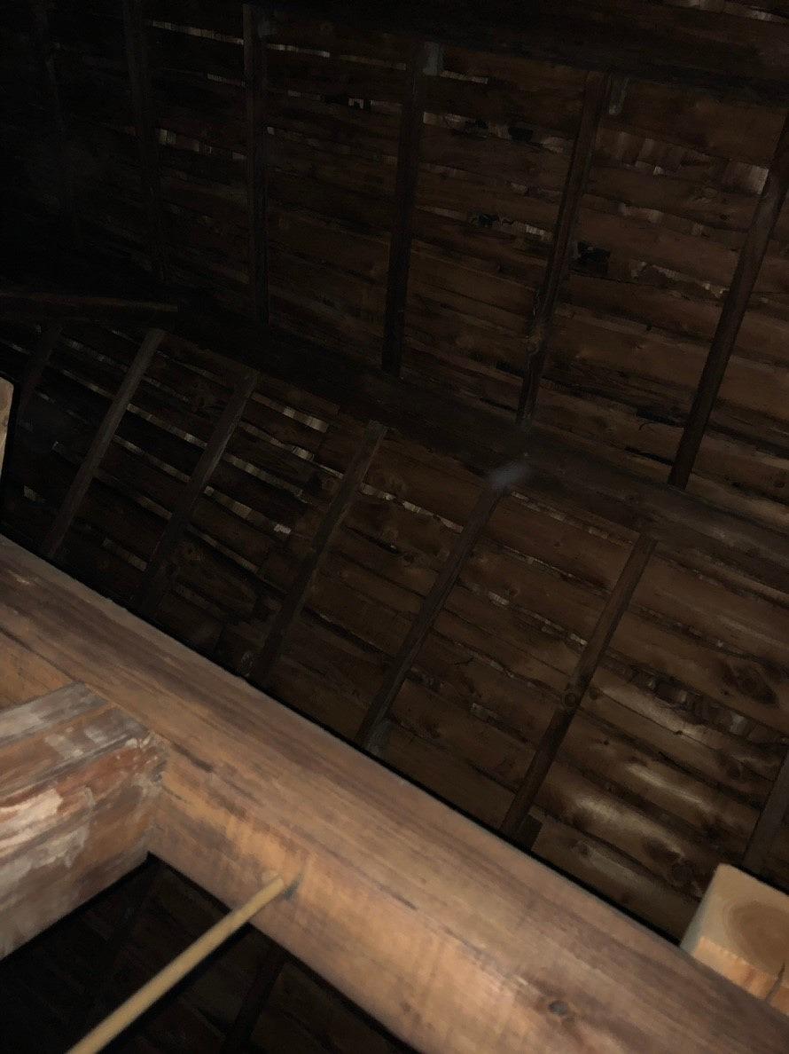 雨水が染みてきた小屋裏