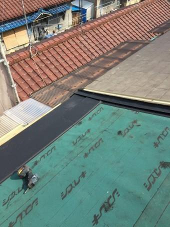 軒先から屋根を貼り付けていきます