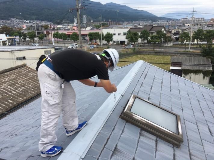 屋根に登って原因調査