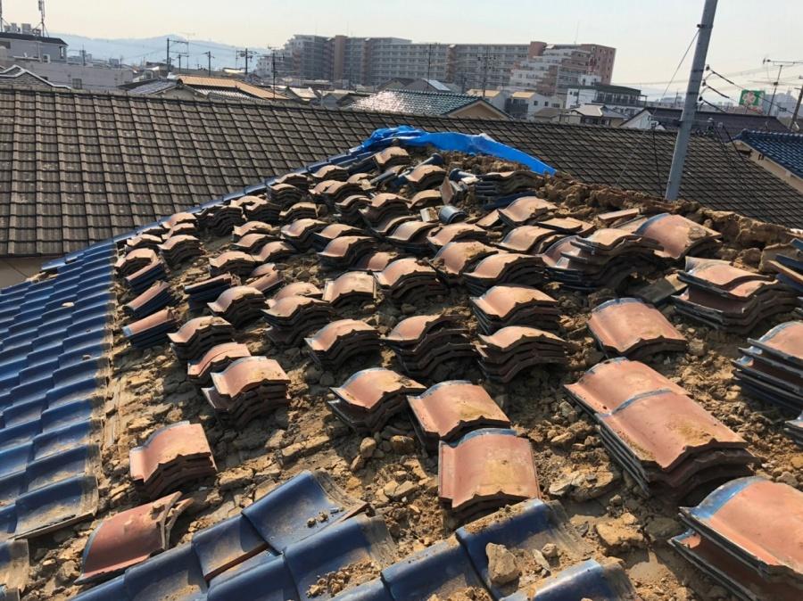 大量の瓦と葺き土