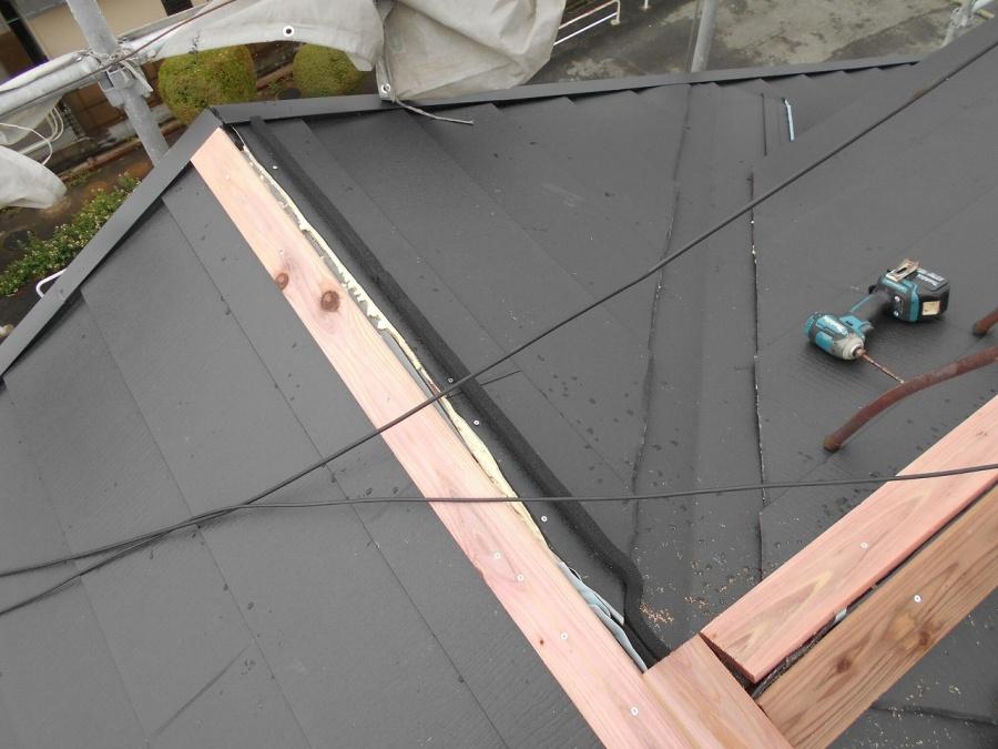 棟板金以外の屋根材貼り終わり