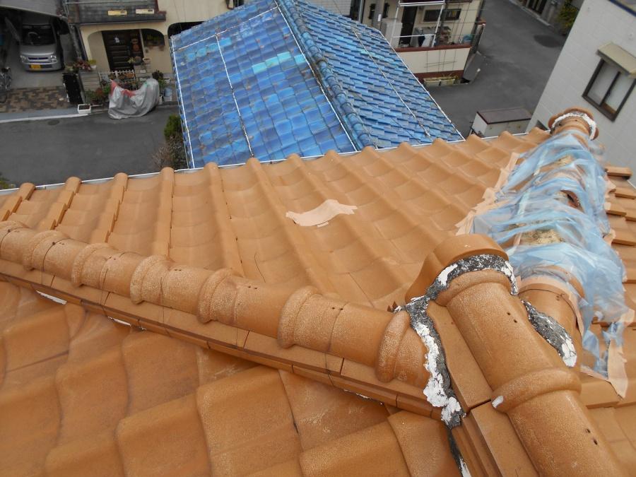 棟瓦が飛ばされた屋根