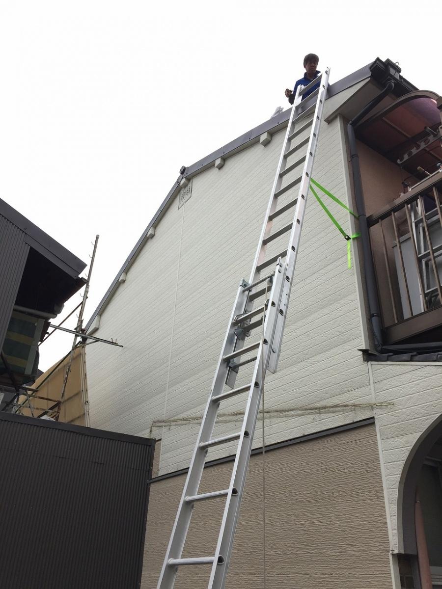 梯子をかけて修繕