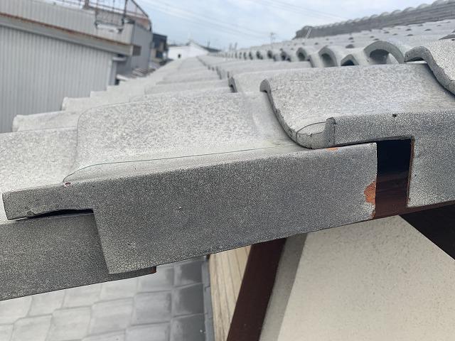 ずれた瓦屋根