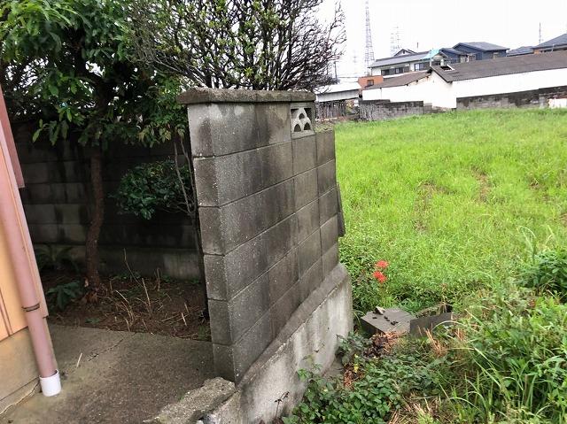 こけたブロック塀