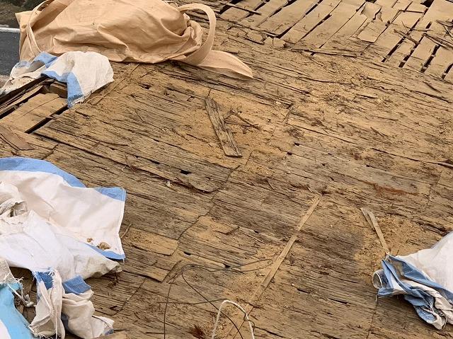 滋賀県栗東市で野地板張りとルーフィング張り工事風景。
