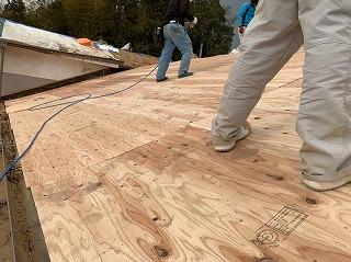 屋根の野地板貼り