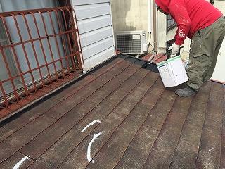 屋根の下地塗り