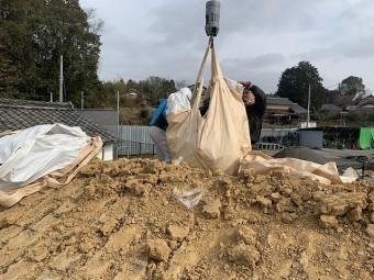 瓦、葺き土積み込み作業