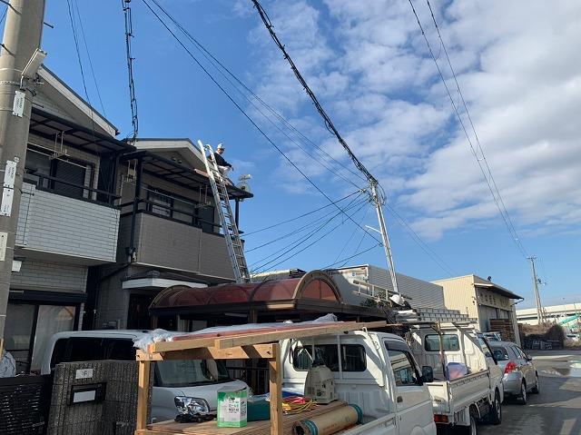 湖南市若竹町で太陽光パネルが乗ったスレート瓦の撤去作業。