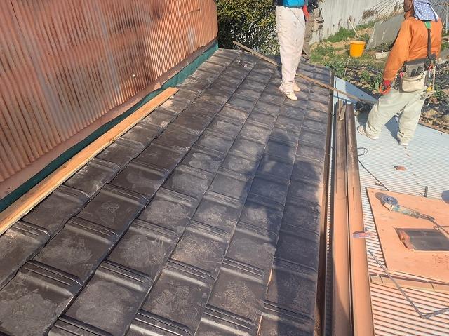 栗東市下戸山で屋根と壁の取り合い補修工事と外壁塗装工事風景。