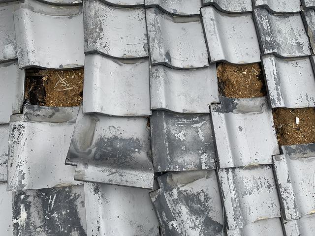 ずれた屋根瓦