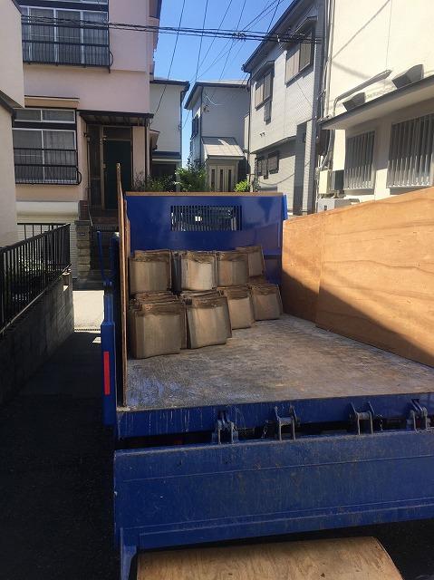 トラック積み込み