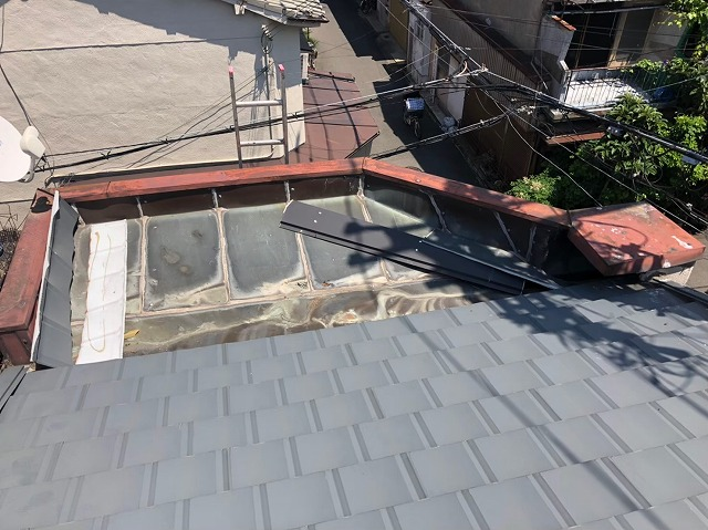 屋根ポーチに落ちた屋根材