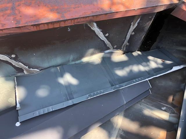 飛散した金属屋根