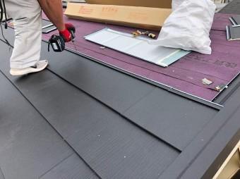 屋根材の設置する様子