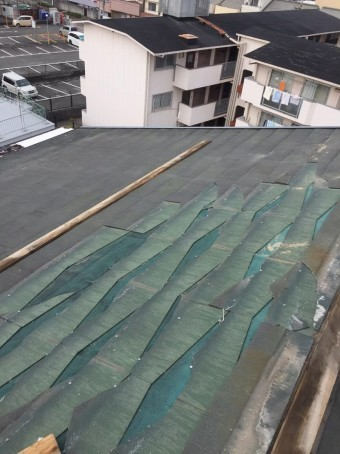 強風で飛ばされたスレート屋根