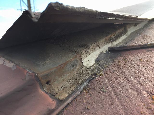 滋賀県草津市で台風により捲れた棟板金と雨漏れの現場調査