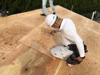 屋根職人さん下地合板貼り