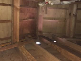小屋裏の雨染み