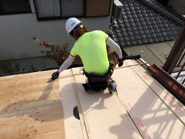 断熱材を入れて屋根下地つくり
