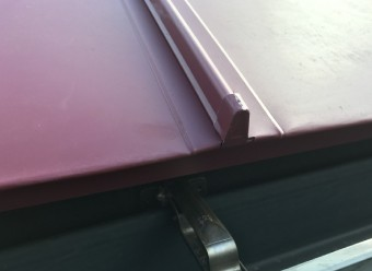 屋根材の端の逆V字型の部分がハゼと呼ばれています